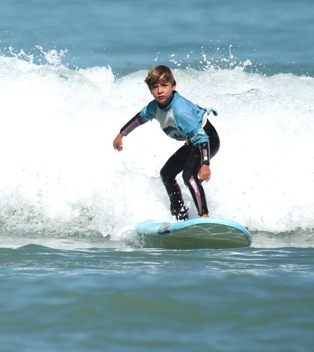 Des cours de surf et stages de surf sont organisés tous les jours, tout au long de l'année.